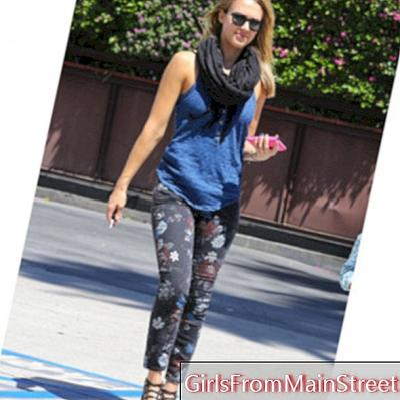 Jessica Alba kéo dài mùa hè trong chiếc quần hoa