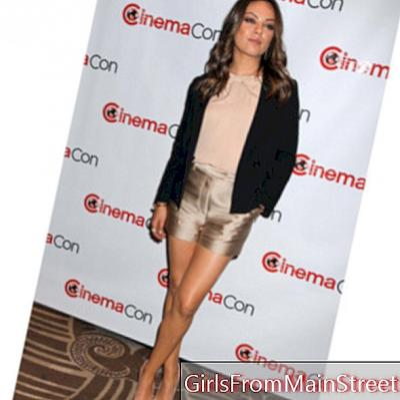 Mila Kunis sexig i guld shorts 3.1 Phillip Lim och Dior pumpar